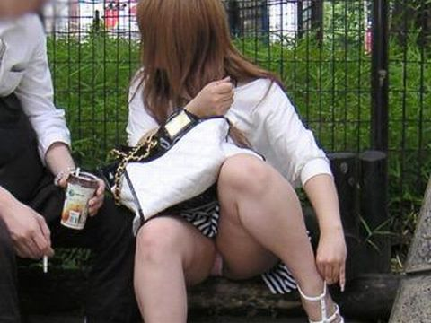彼氏さ~ん、ごめんねぇww彼女のパンチラ覗いちゃったwww彼氏連れのパンチラってめっちゃ興奮するなwww