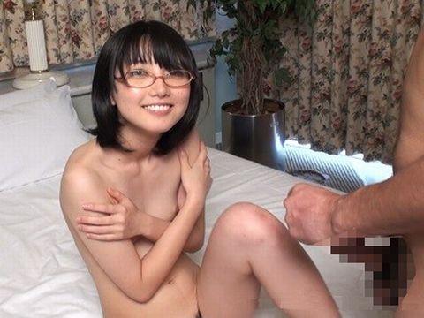 貧乳おっぱいのメガネっ娘という勃起していけないような気がするエロ画像www