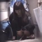 【野ション盗撮】お姉さ~ん、それで隠れてるつもり!?尿意に耐えられず物陰でおしっこしてる女子を盗撮だぁwww