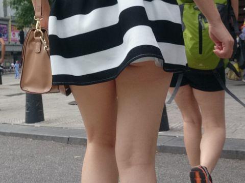 足フェチじゃなくても勃起してしまう!!超短いスカートから生足露出して街中を闊歩する女の子の美脚エロ画像