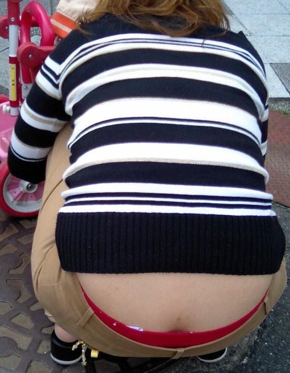 【腰パンチラエロ画像】ギャルだけじゃない…しゃがみ込んだ後ろ姿はパンツ見えまくり!腰パンチラが意外と興奮するwww その15