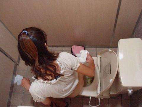 まる見え過ぎてやばい女子トイレの秘密…上から覗かれたおしっこ中の女の子を撮った盗撮エロ画像