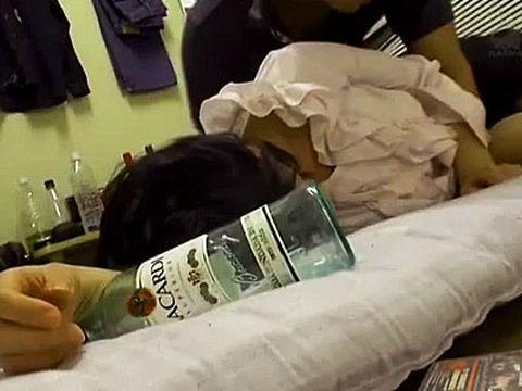 ベロンベロンに酔って理性崩壊…誰のチ○ポかも理解しないまま中出しされる熟女の泥酔レ●プ!(動画あり)