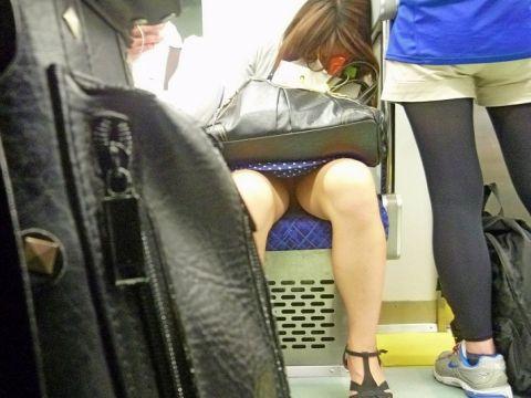 【※ イライラ ※】これはチラリズムの大事さがわかるわwww電車内で見かけた股間がギリギリ過ぎて目が離せねー