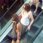 海外でこんな格好してたら売春婦にしか見られねーぞwww街行くギャルのファッションが過激すぎて草不可避www