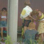 夏の楽しみといえばコレ!野外で着替える女子が急増wwwまる見えの尻やおっぱいがぐぅエロwww