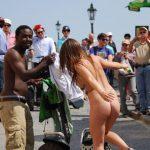 【レ●プ不可避】外国人の裸族がすげぇ・・・野獣の中で全裸になれる外国人!これでよく犯されないなwww