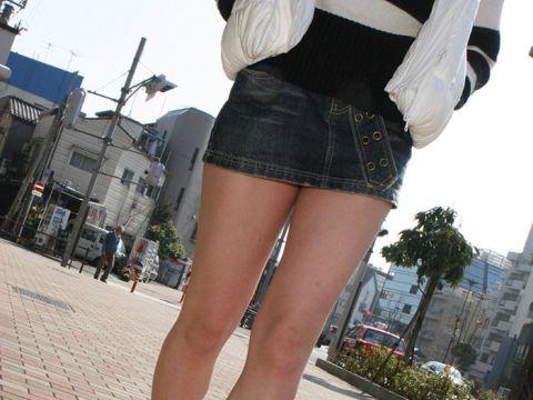 【ミニスカ街撮りエロ画像】コートを羽織るほど寒いのにミニスカで生脚を露出する女って変態なんだろうかwwww