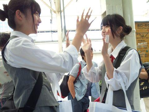 【街撮りエロ画像】友達と一緒におおはしゃぎ!!通学中の女子●生がそそるなwwww