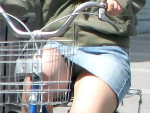 【デニムミニパンチラ】こんなの痴女だとしか思えない…デニムミニで自転車に乗ったら間違いなくパンチラするだろwwww