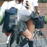 スカートで立ち漕ぎしてる女の子は神…ひらひらめくれるスカートから見える自転車パ○チラ画像