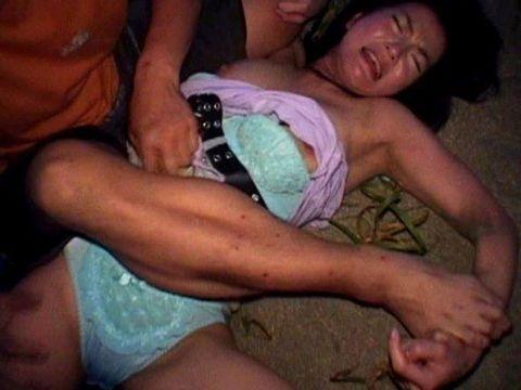 【レ●プ画像】女性を力づくで征服する…性的乱暴したくなってくるレ●プ画像に勃起がとまらないwww