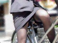 タイトスカートで自転車に乗っちゃうOLさんってあざとすぎない!?