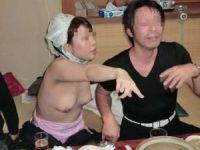 濃厚接触不可避…酔って淫れてちょー楽しそうなピンクコンパニオンの宴会画像