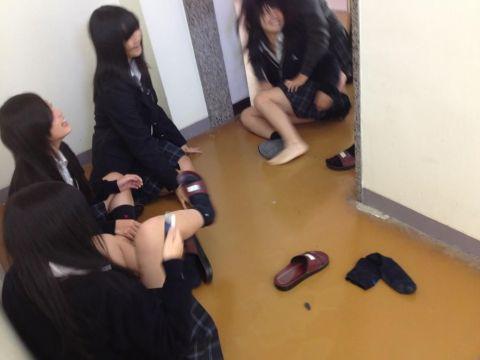 破廉恥すぎる女子高生たちがさらに下品に!?悪ノリした友達と楽しそうに過ごすビッチなおふざけエロ画像