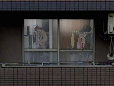 女の子のプライベートが赤裸々に覗けてしまう…背徳感でチンポがビンビンに勃起する民家盗撮画像