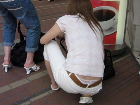 しゃがんでる女の子の腰上パンチラが色っぽい…ちょっと嬉しくなる卑猥なお尻!街撮りされた腰上パンチラ画像